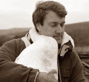 мужчина спас лебедя